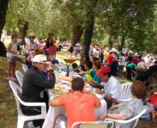 El pueblo de tenebr n celebra una macro paellada en las for Piscinas amaya
