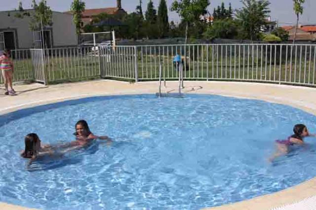 Las piscinas de gallegos de arga n un complejo con for Piscinas picornell padel