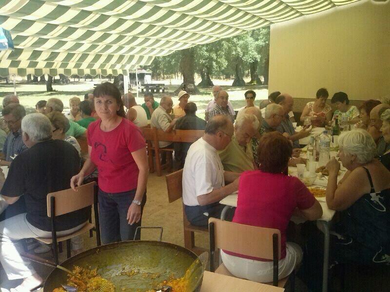 Los jubilados de salamanca disfrutan del entorno de las for Piscina climatizada campo de tiro salamanca